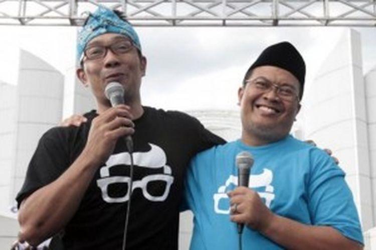 Ridwan Kamil (kiri) dan Oded Muhammad Danial menyampaikan orasi politik saat keduanya mendeklarasikan diri sebagai pasangan calon wali kota dan wakil wali kota Bandung 2013 di Monumen Perjuangan Rakyat Jabar, Jalan Dipati Ukur, Kota Bandung, Minggu (17/3/2013).