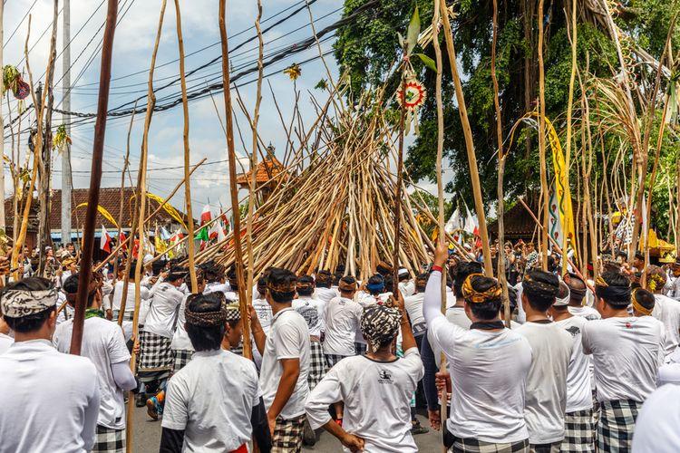 Tradisi Mekotek untuk merayakan Hari Raya Kuningan dilakukan oleh warga Desa Munggu, Badung, Bali.
