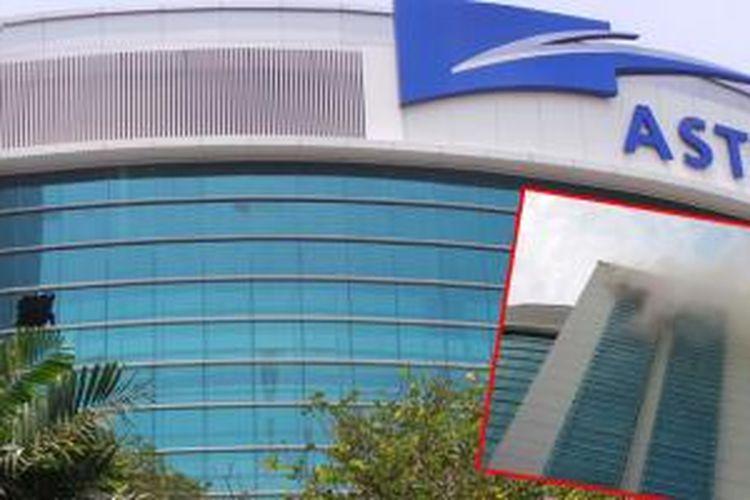Salah satu kaca gedung PT Astra International dipecahkan untuk memudahkan pemadaman. Insert: kondisi gedung saat terbakar.