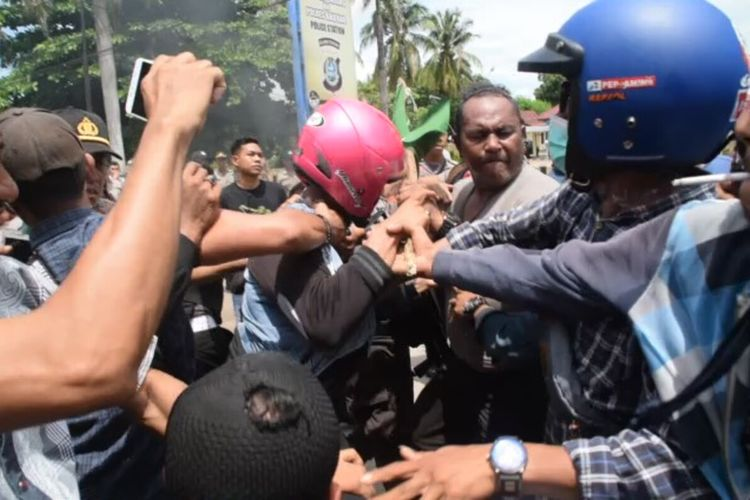 Bentrokan tak terhindarkan antara gabungan mahasiswa dan warga Kanakea, Kota Baubau, Sulawesi Tenggara dengan aparat kepolisian saat berunjuk rasa di depan Mapolres Baubau, Jumat (28/2/2020) siang.