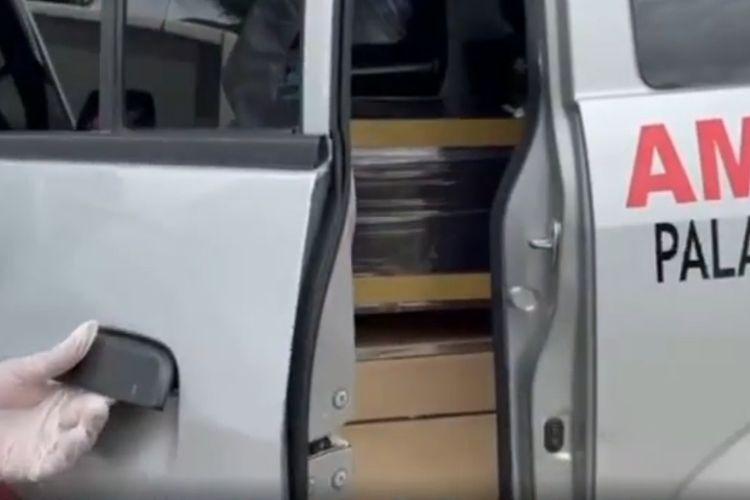 Tangkapan layar video seorang petugas pemakam jenazah Covid-19 sedang merekam satu per satu peti mayat jenazah Covid-19 dalam mobil ambulans di halaman dekat kamar jenazah RSUD Abdul Wahab Sjahranie, Samarinda, Kalimantan Timur, Sabtu (10/7/2021).