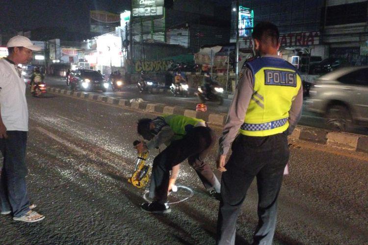 Petugas dari Polres Tangerang Selatan melakukan olah tempat kejadian perkara di lokasi kecelakaan Angkot menabrak Bus AKAP di Jalan Dewi Sartika, Ciputat, Tangerang Selatan, Selasa (31/8/2021).