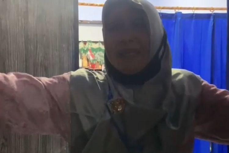 Video  seorang guru menangis saat mendapatkan kado perpisahan dari muridnya viral di media sosial TikTok.