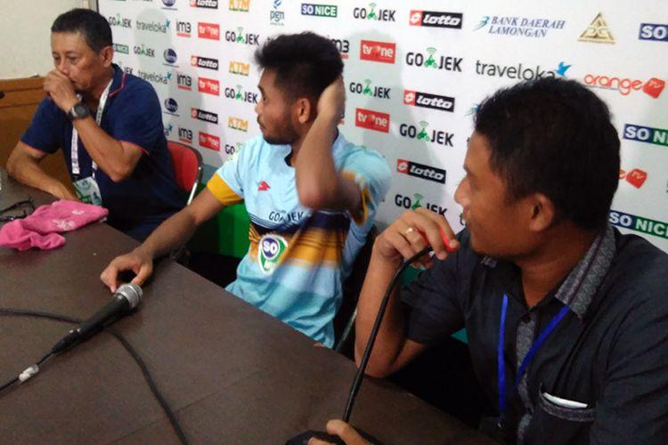 Pelatih Persela Lamongan Heri Kiswanto (kiri) dan Saddil Ramdani (tengah), selepas pertandingan kontra Sriwijaya FC, Kamis (1/6/2017).