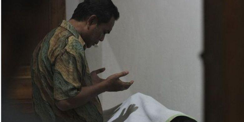 Keluarga memanjatkan doa untuk almarhum Immawan Randi (21) di RS Abunawas Kendari, Kendari, Sulawesi Tenggara, Kamis (26/09).