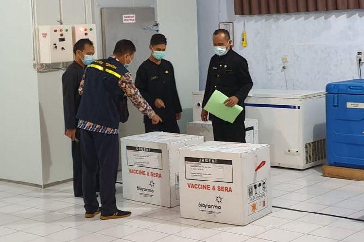 Sebanyak 5.400 dosis vaksin Covid-19 Sinovac tiba di Dinas Kesehatan Kabupaten Banyuwangi, Selasa (26/1/2021) sekitar pukul 18.00 WIB.