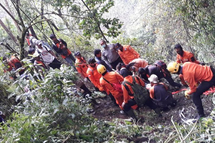 Basarnas bersama tim SAR gabungan mengevakuasi jasad Andrey Voytech (39), pendaki berkewarganegaraan Slovakia (awalnya diberitakan Selandia Baru) yang hilang di Gunung Merbabu, Sabtu (7/8/2018).