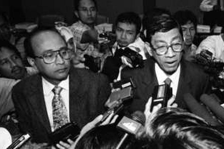 Foto tak bertanggal ini memperlihatkan Mar'ie Muhammad (kanan) tengah memberikan keterangan kepada wartawan dalam suatu kesempatan.