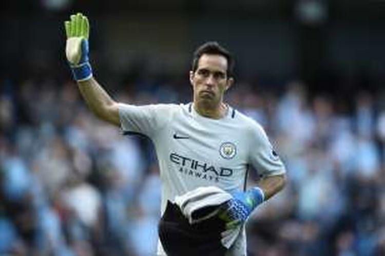 Kiper Manchester City, Claudio Bravo, melambaikan tangan saat ingin meninggalkan laga pada akhir babak pertama pertandingan lanjutan Premier League melawan Bournemouth di Etihad Stadium, Sabtu (17/9/2016).