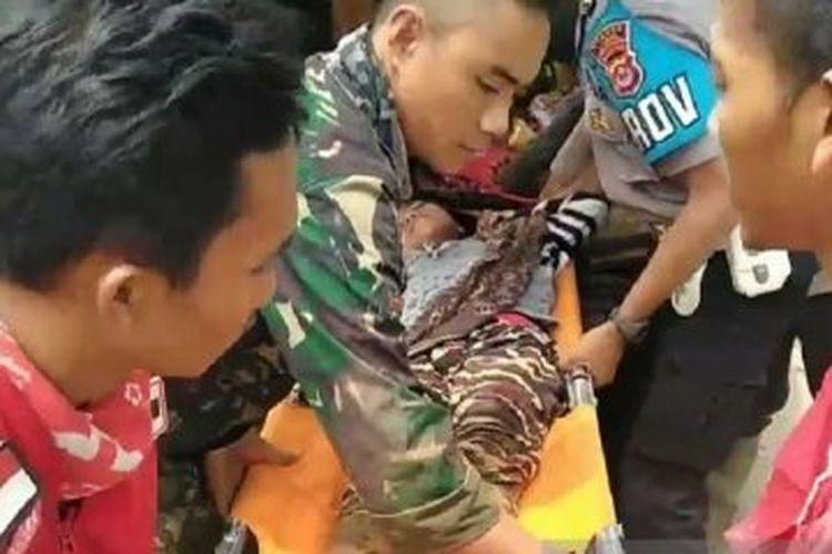 PIM dan Tim SAR saat evakuasi korban banjir Lebak dari dalam hutan