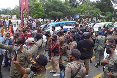 Mahasiswa dan Polisi Bentrok dalam Demo Lanjutan Tolak PPKM di Ambon