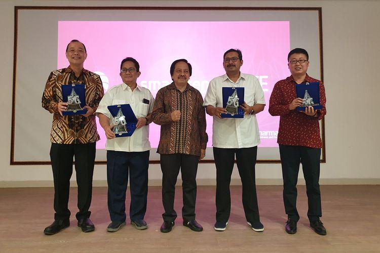 Perwakilan Smartfren, ZTE, dan Kementerian Kominfo dalam uji coba jaringan 5G Smartfren di Marunda, jakarta Utara, Senin (19/8/2019).
