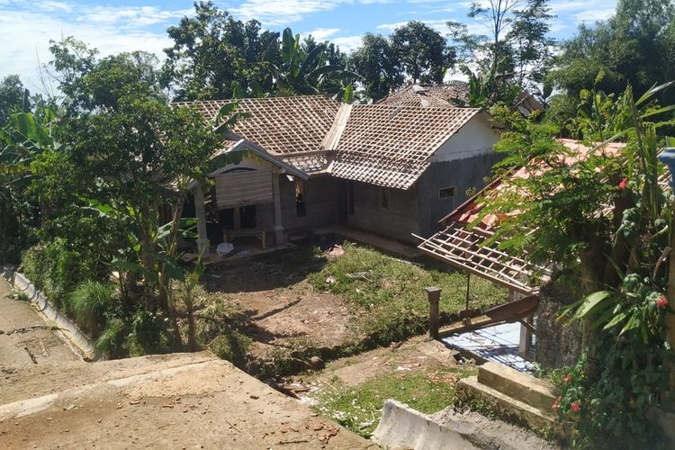 Dua rumah terbawa lahan ambles di Dusun Ciherang, Desa Cijangkar, Kecamatan Nyalindung, Sukabumi, Jawa Barat, Senin (1/3/2021).