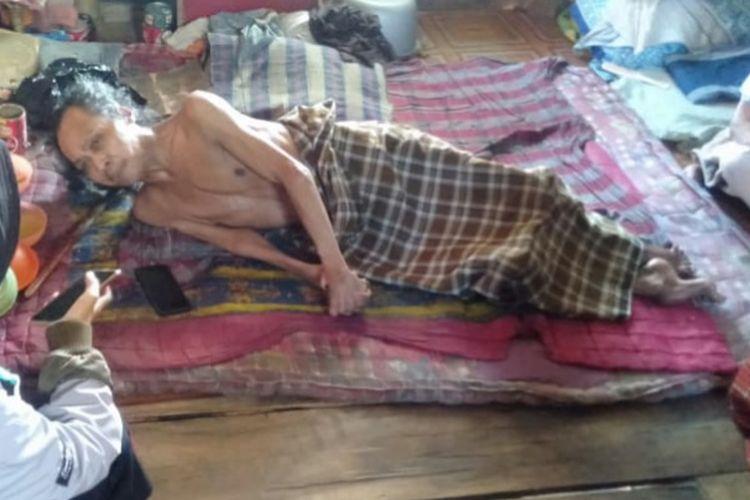 Suasana Tepu terbaring di atas kasur di Lingkungan Kampung Nipa, Kelurahan Bentengnge, Kecamatan Ujung Bulu,  , Kabupaten Bulukumba, Sulawesi Selatan