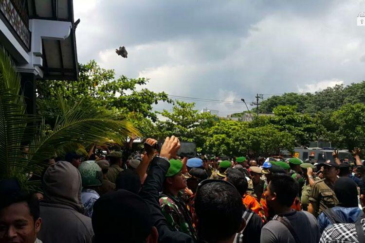 Nampak kardus kotak bekas makan terbang meluncur menuju Kantor Pemkab Sukoharjo saat kericuhan unjuk rasa ribuan warga menuntut PT RUM ditutup lantaran limbahnya menimbulkan bau menyengat dan mengganggu kesehatan warga, Kamis (22/2/2018).