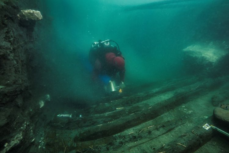 Balok dari Kuil Amun yang terkenal di zaman Mesir Kuno, menimpa kapal kuno dan menenggelamkannya di Laut Mediterania. Tak hanya kapal kuno, kuburan kuno juga ditemukan para arkeolog di dasar laut tersebut.