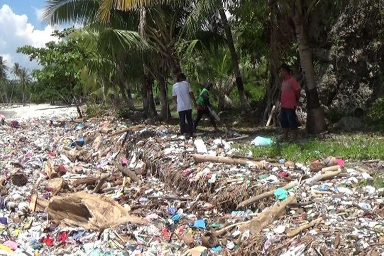 Ribuan Ton Sampah Genangi Kawasan Wisata Pantai Polman