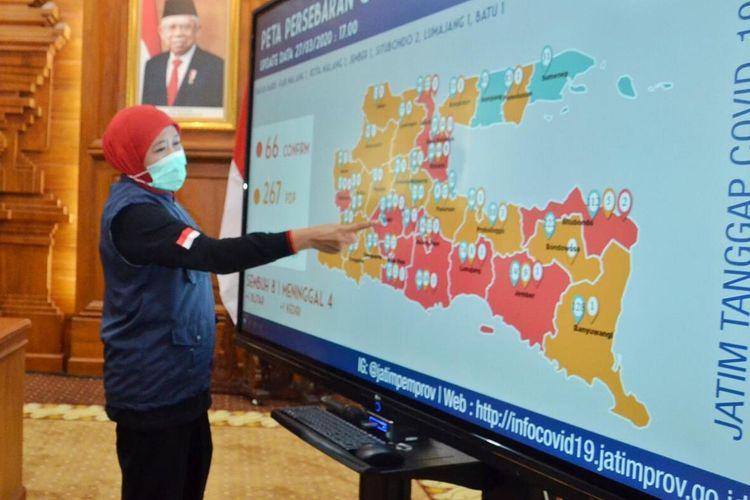 Gubernur Jatim Khofifah Indar Parawansa menunjukkan peta sebaran ODP di Jatim, Kamis (27/3/2020).