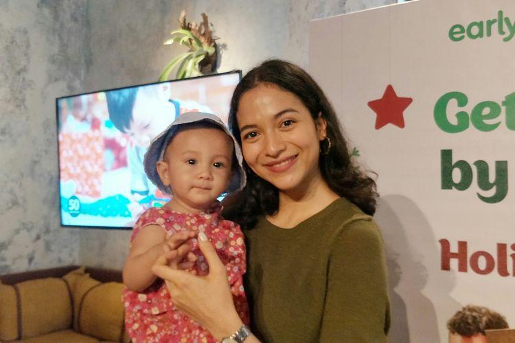 Artis peran Putri Marino bersama putrinya, Surinala Carolina Jarumillid saat ditemui di kawasan Gunawarman, Jakarta Selatan, Selasa (12/11/2019).