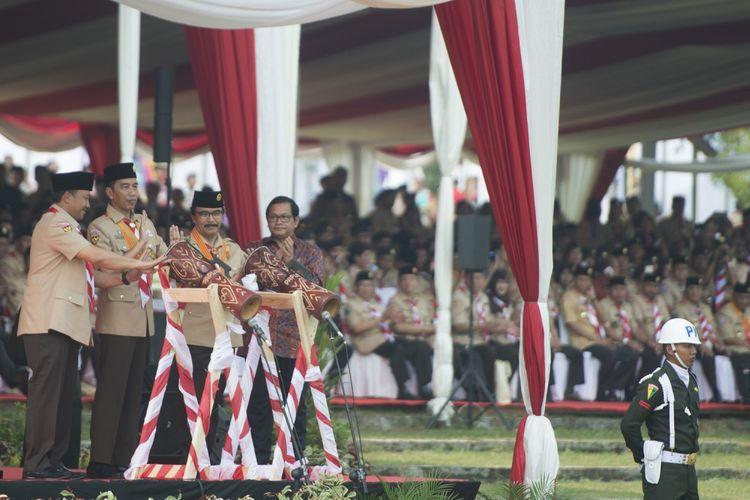 Presiden Joko Widodo (kedua kiri) bersama Menpora Imam Nahrawi (kiri), Seskab Pramono Anung (kanan), dan Ketua Kwartir Nasional Gerakan Pramuka Adhyaksa Dault (kedua kanan) memukul tifa sebagai tanda dibukanya Raimuna Nasional XI yang bertepatan dengan peringatan ulang tahun Pramuka ke-56 di, Bumi Perkemahan Cibubur, Jakarta, Senin (14/8/2017). Sebanyak 15 ribu Pramuka Penegak dan Pandega dari 34 provinsi dan 514 kota/kabupaten serta pramuka luar negeri mengikuti kegiatan bertajuk Pramuka untuk Masa Depan Indonesia: kreatif, inovatif, berkarakter. ANTARA FOTO/Rosa Panggabean/aww/17.