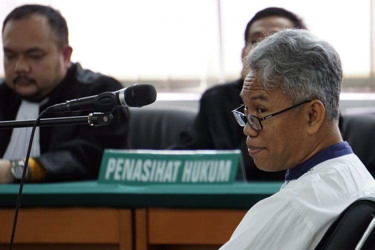 Terdakwa kasus dugaan pelanggaran UU ITE, Buni Yani mengikuti persidangan dengan agenda pembacaan tuntutan di Gedung Perpustakaan dan Arsip Kota Bandung, Jawa Barat, Selasa (3/10). Buni Yani, dituntut oleh Jaksa Penuntut Umum (JPU) selama dua tahun penjara serta dikenakan denda Rp100 juta dengan subsider tiga bulan kurungan. ANTARA FOTO/Agus Bebeng/foc/17.