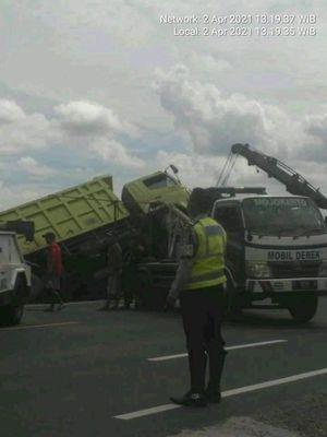 Dump truk terguling di Jombang diduga akibat sopir yang mengantuk.