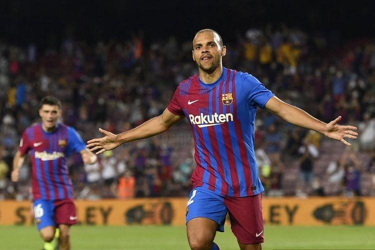 Pemain depan Barcelona asal Denmark Martin Braithwaite merayakan setelah mencetak gol keduanya selama pertandingan sepak bola Liga Spanyol antara Barcelona dan Real Sociedad di stadion Camp Nou di Barcelona pada 15 Agustus 2021.