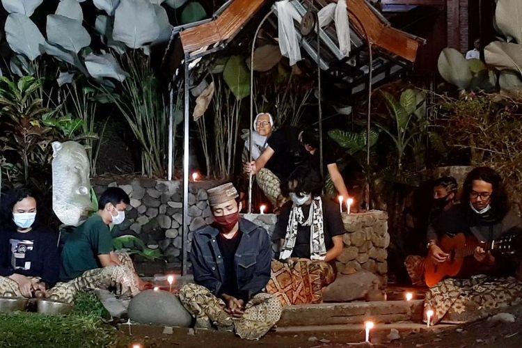 Para seniman saat performance art di Taman Yakopan, Omah Petroek, Kampung Karang Kletak, Desa Hargobinangun, Kecamatan Pakem, Kabupaten Sleman. Selain performance art, para seniman juga berdoa bersama untuk Jakob Oetama.