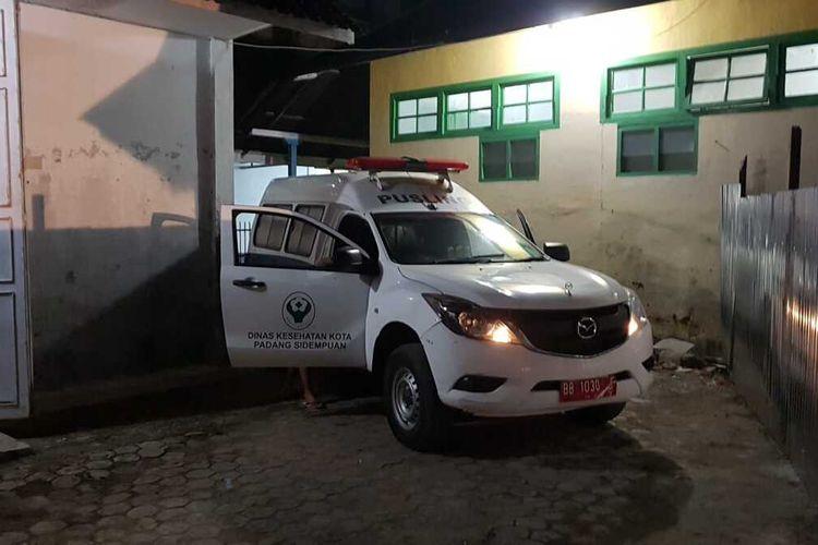 Petugas Medis RSUD Kota Padang Sidempuan membawa satu warga berstatus PDP Covid-19 untuk dirujuk ke RSUP Adam Malik di Medan, Jumat (3/4/2020) pukul 23.45 wib. Dikabarkan, belum sampai di RSUP, pasien meninggal saat dalam perjalanan, Sabtu (4/4/2020) pagi.