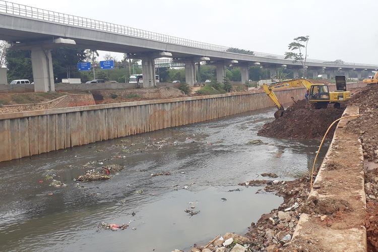 Saluran penghubung menuju Kali Sunter di wilayah RW 02, Kelurahan Cipinang Melayu, Kecamatan Makasar, Jakarta Timur, Senin (4/11/2019), yang terimbas proyek kereta cepat dan sebabkan banjir di permukiman warga setempat.