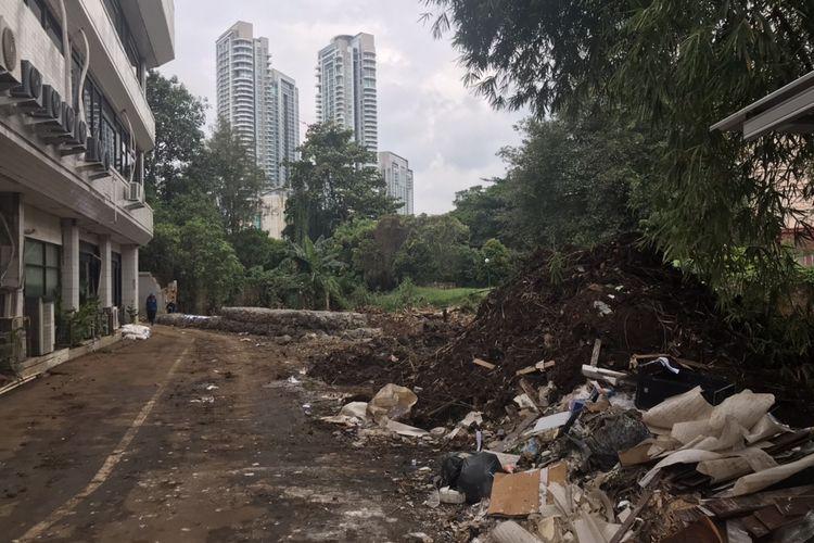 Suasana tembok jebol di Plaza Bisnis Kemang tepatnya di pinggir Kali Krukut, Bangka, Mampang Prapatan, Jakarta Selatan pada Rabu (3/3/2021). Tembok tersebut diketahui jebol pada Sabtu (20/2/2022) dini hari karena derasnya air Kali Krukut dan material tembok yang tak kokoh.