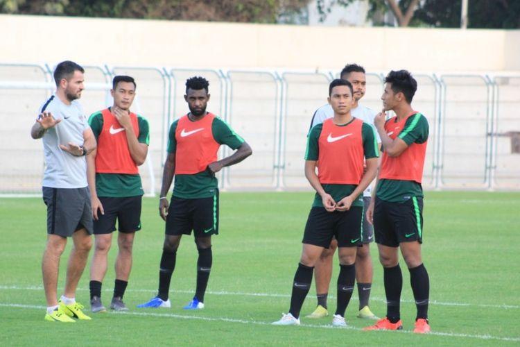 Pelatih Timnas Indonesia, Simon McMenemy memberi instruksi ke pemainnya.