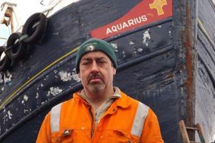 Angus MacLeon dan kapal nelayan miliknya, Aquarius.