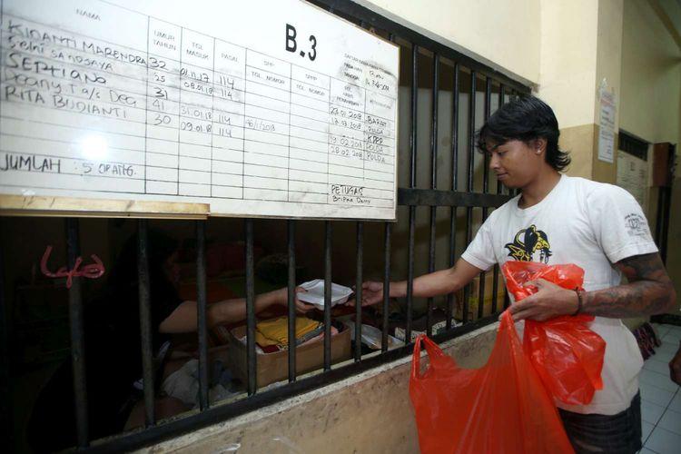 Pembagian makanan di ruang tahanan rutan Markas Kepolisian Daerah Metro Jaya, Jakarta, Rabu (14/2/2018). Kondisi rutan terbesar di Indonesia ini memiliki fasilitas yang cukup nyaman bagi para tahanan.