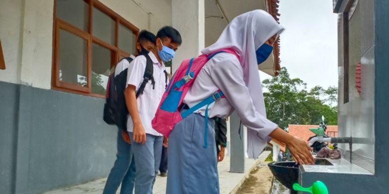 Siswa-Siswi SMAN 30 Garut mencuci tangan di washtafel yang ada di sekolahnya saat melakukan belajar tatap muka, Selasa (1/12/2020)