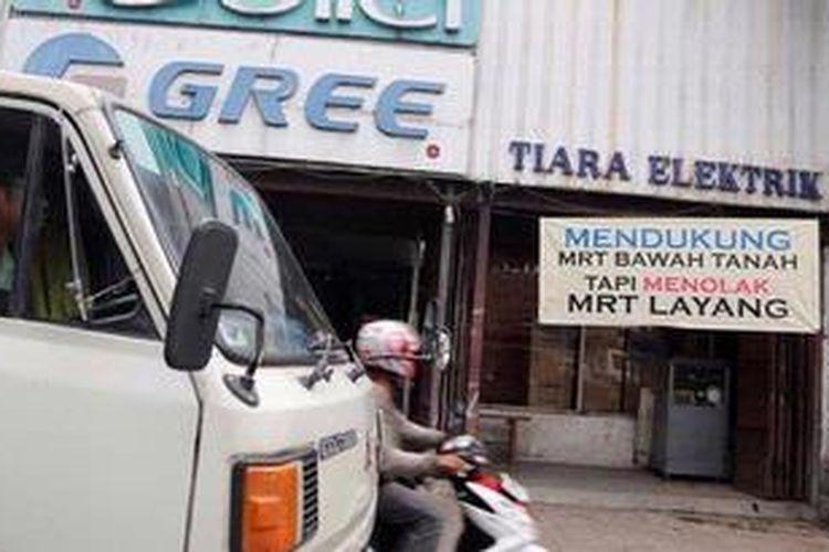 Pedagang dari Pasar Blok A, Pasar Mede, dan Pasar Cipete yang tergabung dalam Asosiasi Pedagang Pasar Seluruh Indonesia (APPSI) berunjuk rasa di depan Pasar Blok A, Jakarta Selatan, Rabu (12/12/2012). Mereka menolak pembangunan Mass Rapid Transit (MRT) layang yang akan melintas di Jalan Fatmawati Raya dan mendesak Pemprov DKI Jakarta untuk membangun jalur MRT bawah tanah. Salah satu alasan penolakan adalah pembangunan MRT layang akan mengusur kawasan pasar menjadi area park and ride.