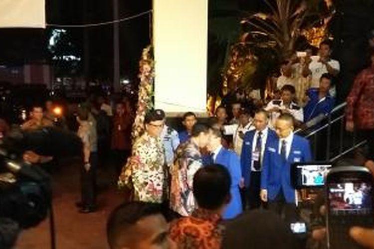 Kedatangan Presiden Joko Widodo disambut Ketua Umum PAN Zulkifli Hasan, dalam Rapat Kerja Nasional (Rakernas) I PAN di Balai Sudirman, Jakarta, Rabu (6/5/2015).