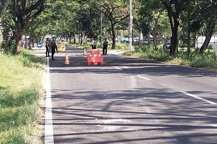 petugas kepolisian terlihat lengang tak ada kendaraan di pos penyeketan tol Suramadu sisi Madura, Selasa (08/06/2021).