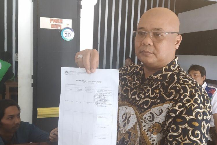 Kuasa hukum Wong Sioe Mie, Zainal Arifin menunjukkan surat keterangan pindah sekolah saat memberikan keterangan pers terkait dugaan tindak pidana pemalsuan surat pernyataan di Solo, Jawa Tengah, Senin (24/2/2020).