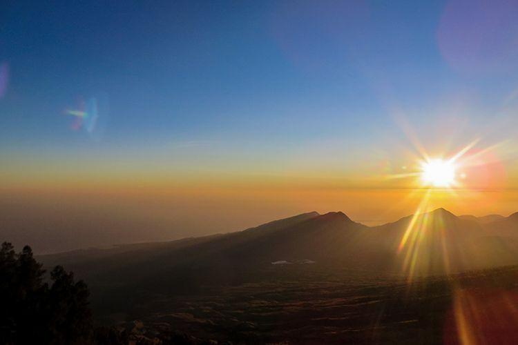 Matahari terbit dilihat dari Plawangan Sembalun Gunung Rinjani.