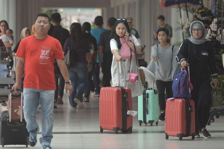 Sejumlah penumpang tiba di Terminal Kedatangan Domestik Bandara Internasional I Gusti Ngurah Rai, Bali, Jumat (4/1/2019).