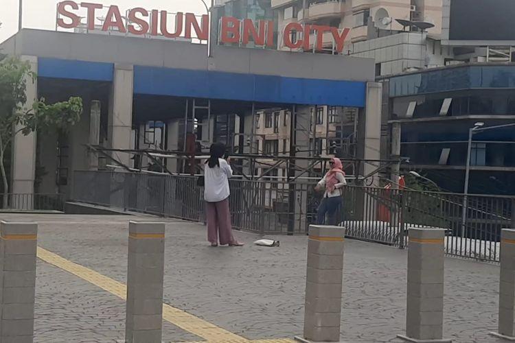 Tugu Sepatu di Jalan Jenderal Sudirman, Jakarta Pusat, dibongkar setelah menjadi sasaran aksi vandalisme. Petugas keamanan setempat, Ahmad, mengatakan bahwa Tugu Sepatu dibongkar oleh sejumlah orang pada Senin (20/9/2021), pukul 01.00 WIB.
