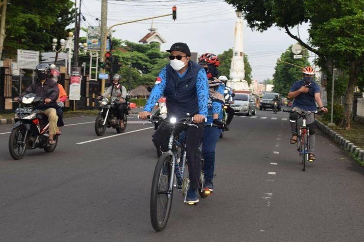 Bupati Banyumas Achmad Husein didampingi istri berangkat dari rumah pribadi menuju kantor bupati menggunakan sepeda, Jumat (19/6/2020).
