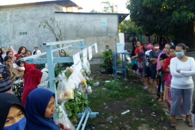 Warga Kampung Cilalung, Jombang Ciputat, Tangerang Selatan membantu warga setempat terdampak Covid-19 dengan membagikan sayur setiap pagi yang sudah berlangsung sejak Sabtu (16/5/2020). Bantuan tersebut dilakukan dengan cara menggantungkan sayuran di sebuah kayu yang menyerupai jemuran dan dapat diambil warga secara gratis.