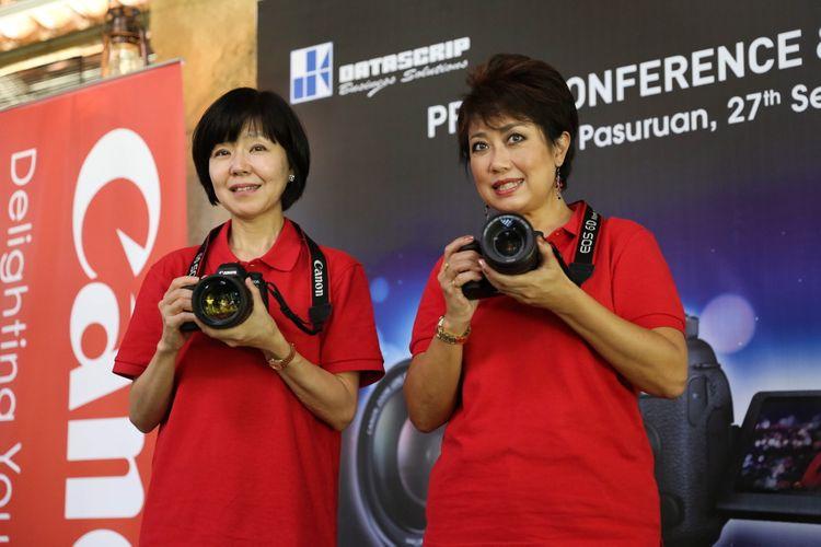 Noriko Gunji (kiri) President and CEO Canon Singapore, Pte. Ltd. dan Merry Harun Canon Division Director, pt. Datascrip berfoto bersama saat peluncuran kamera Canon EOS 6D Mark II di Pasuruan, Jawa Timur, Rabu (27/9/2017).  Canon melalui distributor PT Datascrip secara resmi memasarkan kamera DSLR terbaru dari seri EOS 6D, yaitu EOS 6D Mark II di Indonesia.