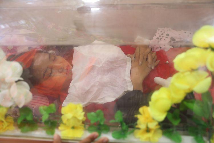 Jenazah Kyal Sin, dikenal juga dengan nama Angel atau Deng Jia Xi, dibaringkan di Kuil China Yunnan setelah dia ditembak mati di bagian kepala saat menghadiri demonstrasi menentang kudeta di Mandalay, Myanmar, pada 3 Maret 2021.