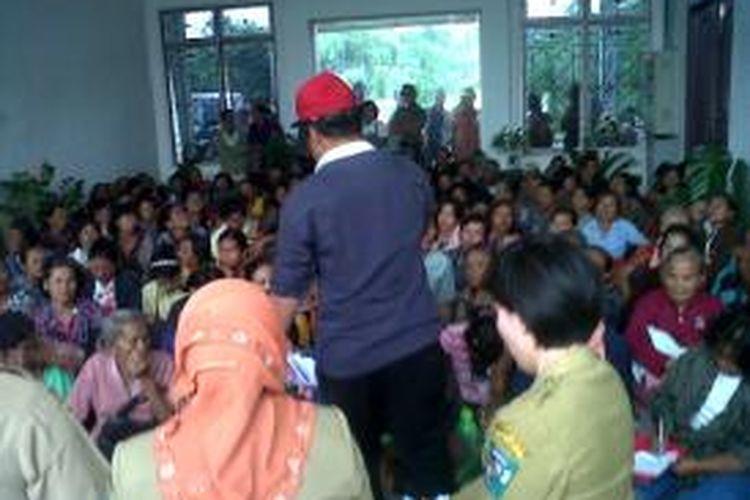 Seratusan warga miskin di Kabupaten Simalungun demo ke kantor Bupati Simalungun, di Pematangraya, Kabupaten Simalungun, Sumatera Utara, (12/11/2013).