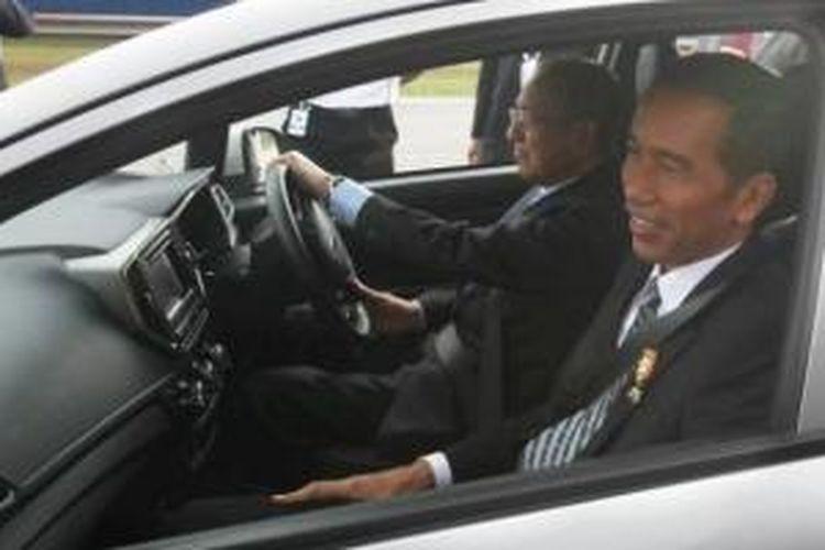 Presiden RI Joko Widodo menunggangi New Proton Iriz bersama Chairman Proton Mahathir Mohamad