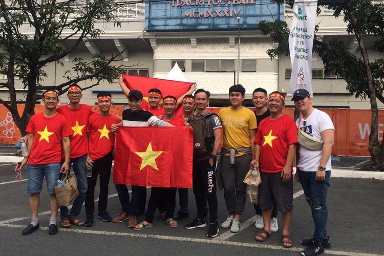 Suporter Vietnam yang datang di Stadion Rizal Memorial, Selasa (10/12/2019).
