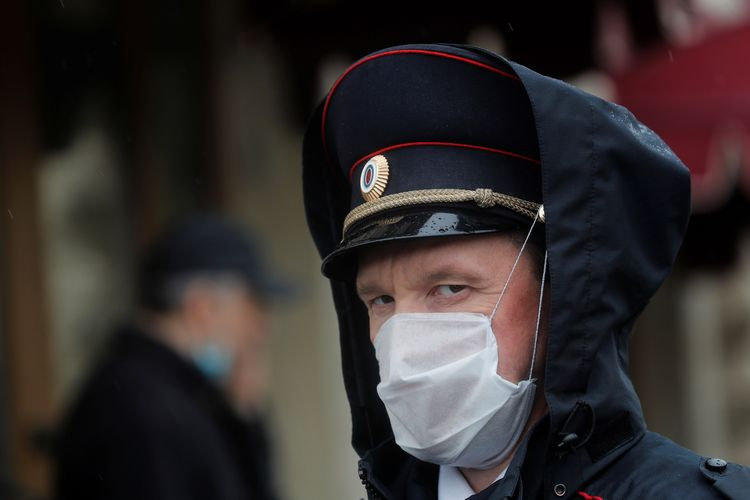 Seorang petugas keamanan di Rusia mengenakan masker saat bertugas di Hari Kemenangan, untuk memperingati kemenangan Rusia atas Nazi Jerman di Perang Dunia II.